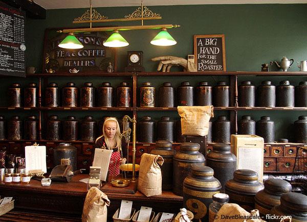 Mitarbeiterin in schönem Coffeeshop